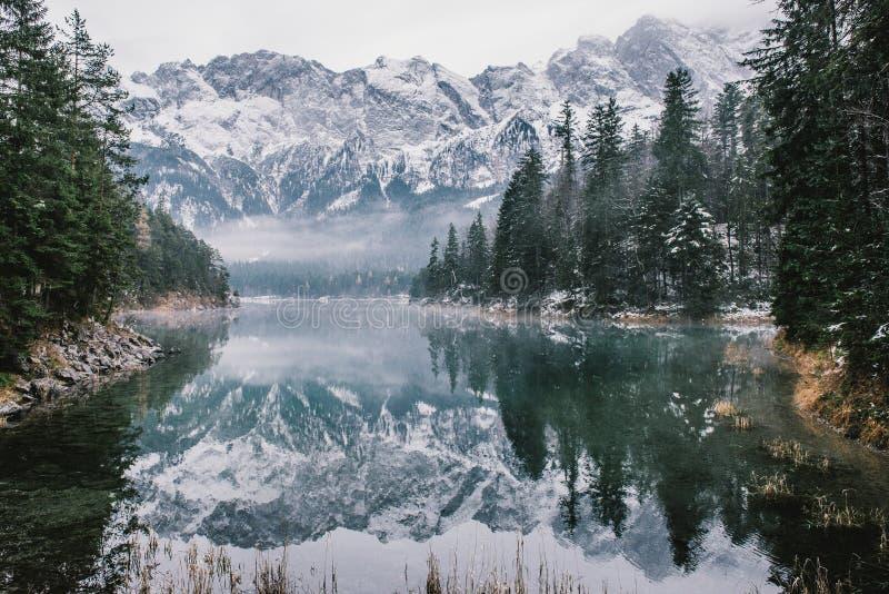 Lago Eibsee em uma tarde enevoada imagens de stock