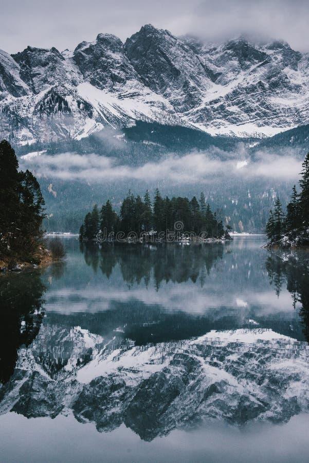 Lago Eibsee espelho-como a paisagem do retrato imagem de stock