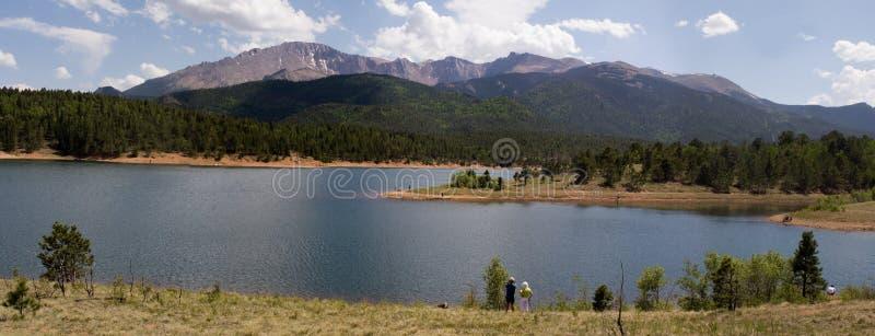 Lago elevado e panorama da montanha foto de stock