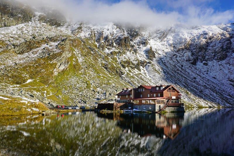 Lago em montanhas de Fagaras, Romênia Balea imagens de stock royalty free