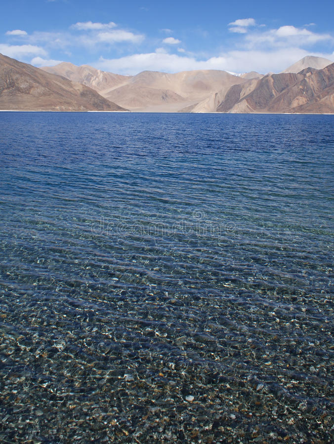 Lago em montanhas de Himalaya imagem de stock