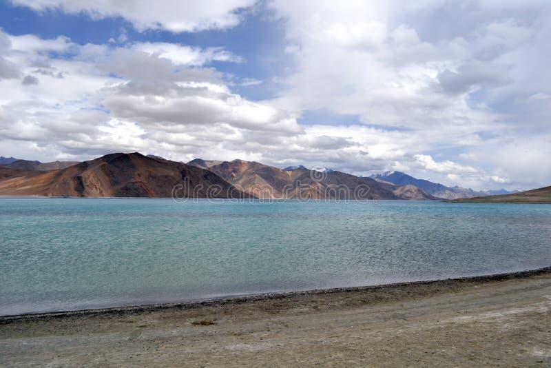 Lago em montanhas Himalayan imagem de stock royalty free
