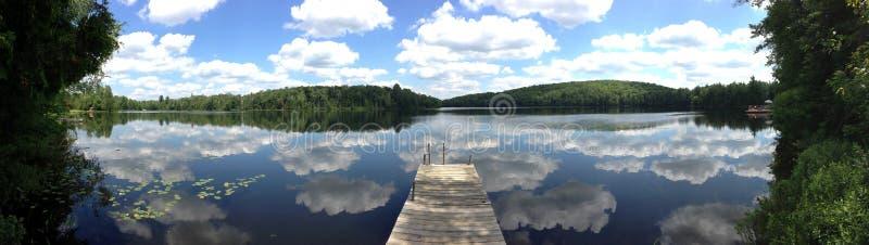 Lago em parte nebuloso fotografia de stock