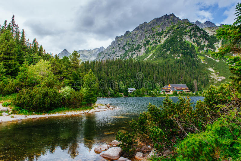 Lago em Popradske Pleso, Eslováquia Carpathian, Ucrânia, Europa fotos de stock royalty free