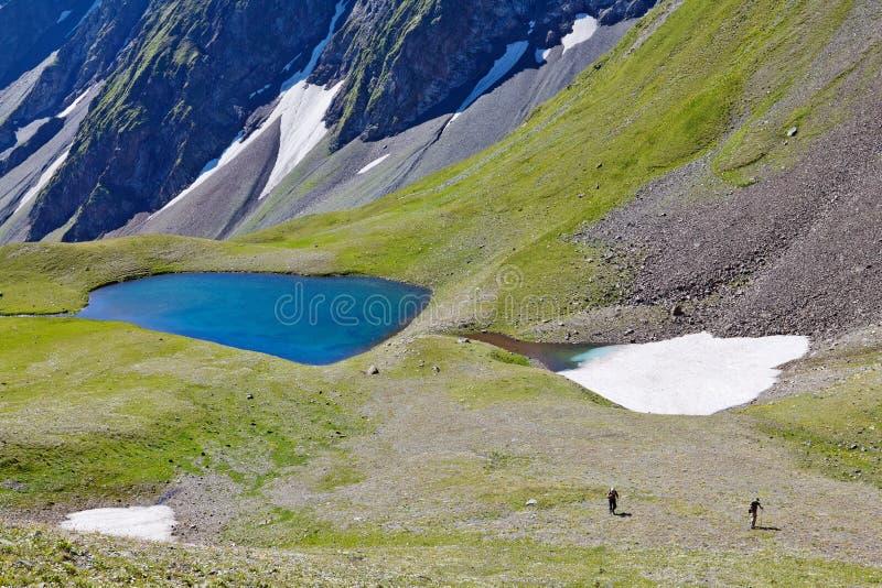 Lago em um vale da montanha imagens de stock