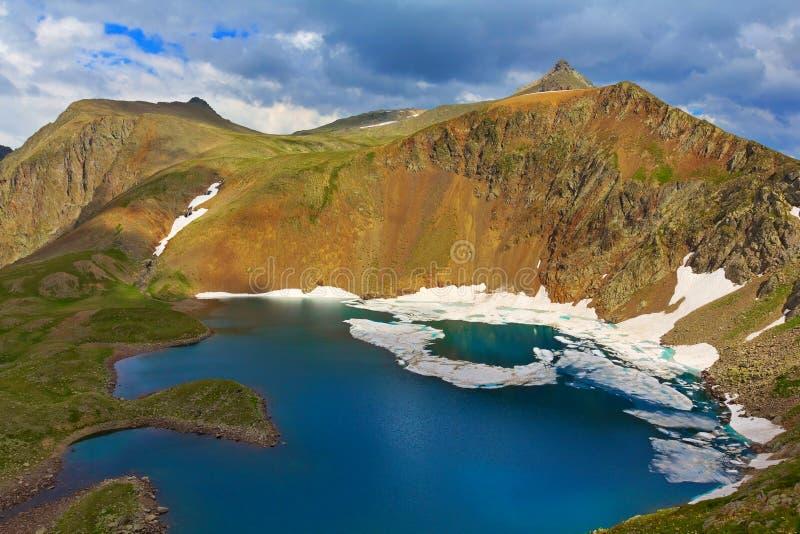 Lago em uma bacia da montanha fotos de stock royalty free