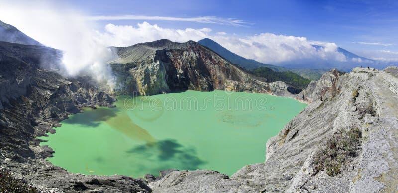 lago em uma cratera do vulcão Ijen. Indonésia foto de stock