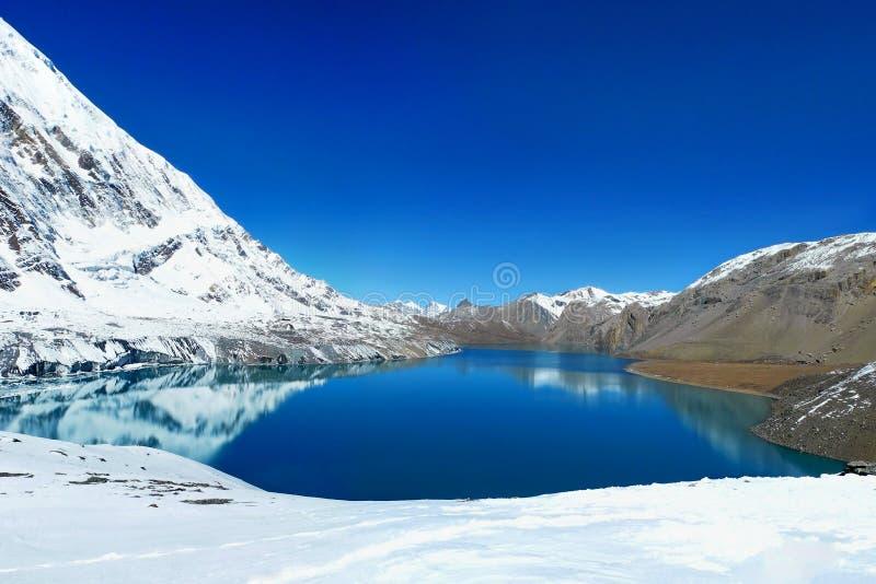 Lago en área de la protección de Annapurna, Nepal Tilicho Montañas con referencia a foto de archivo libre de regalías