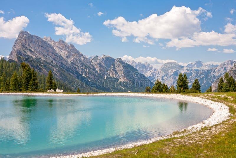 Lago en Cresta Bianca, Dolomiti imagenes de archivo