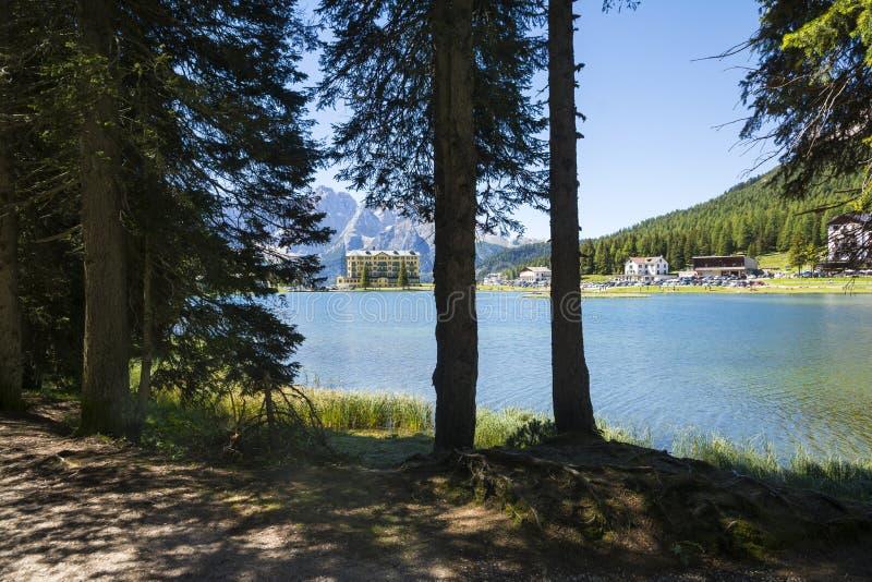 Lago en dolomities italianos imagen de archivo