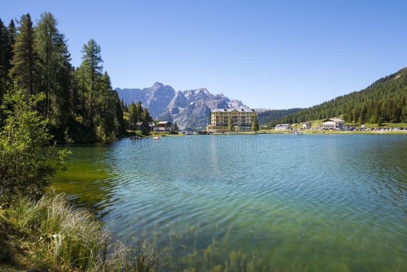 Lago en dolomities italianos fotografía de archivo