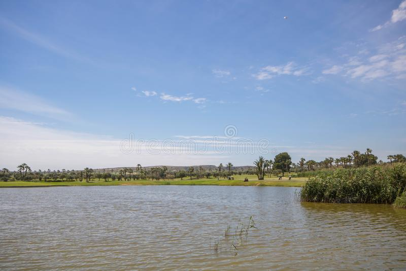 Lago en el campo de golf debajo de un cielo azul en un día de verano en España foto de archivo