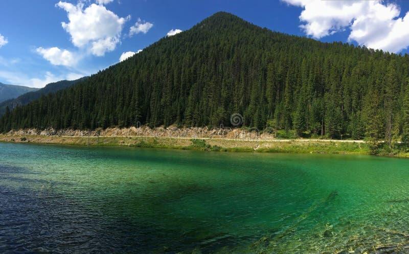 Lago en el canadiense Rocky Mountains - el parque nacional de Kootenay imagenes de archivo
