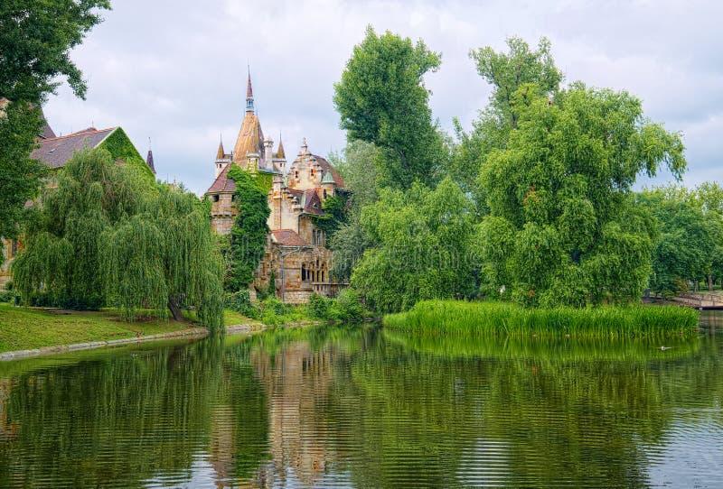 Lago en el parque de la ciudad de Budapest, Hungría, con el castillo de Vajdahunyad imagenes de archivo
