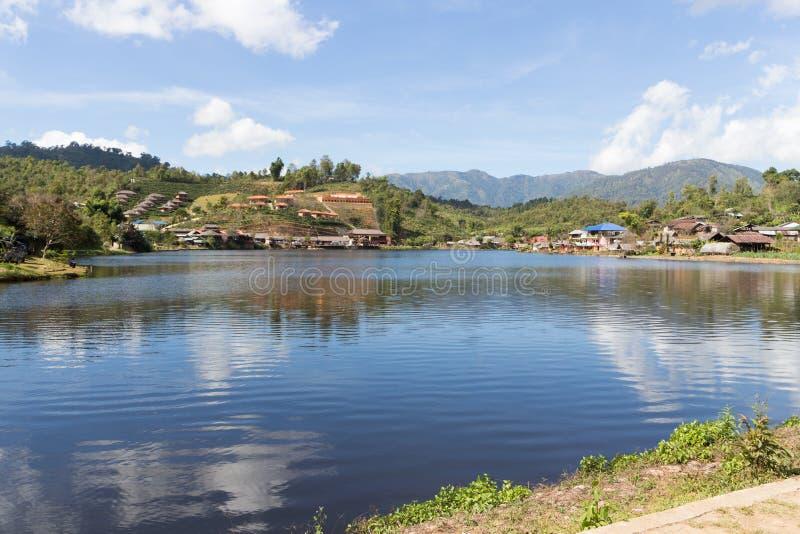 Lago en el pueblo chino de Guomindang de Mae Aw o del tailand?s de Baan Rak, Mae Hong Son, Thahiland imagenes de archivo