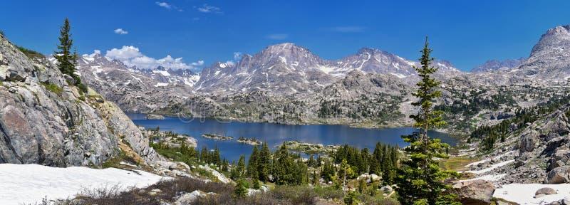 Lago en la gama de Wind River, Rocky Mountains, Wyoming, visiones island desde hacer excursionismo la pista de senderismo al lava imágenes de archivo libres de regalías