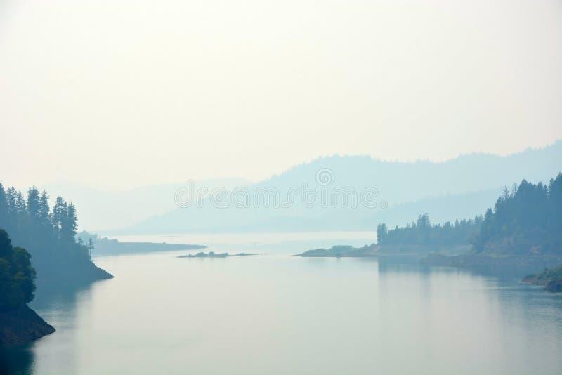 Lago en la madrugada fotos de archivo libres de regalías