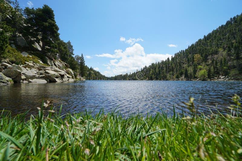 Lago en la montaña Francia los Pirineos-Orientales imagen de archivo