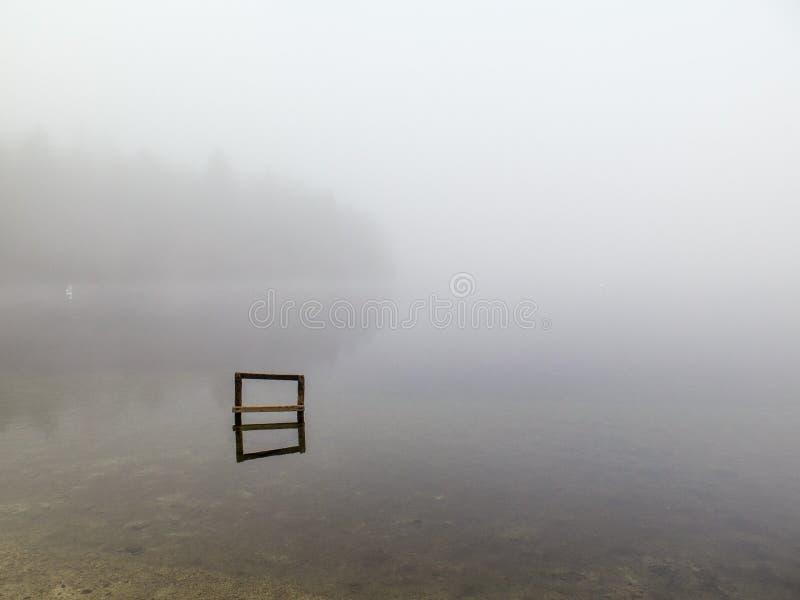Lago en la niebla imagenes de archivo