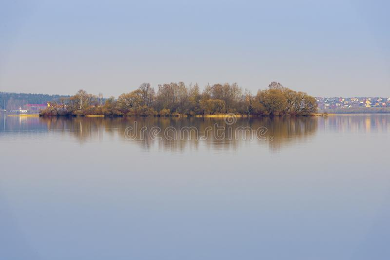 Lago en la primavera temprana, Bielorrusia imagenes de archivo