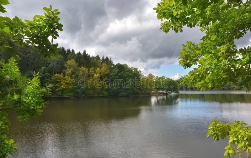 Lago en la primavera fotos de archivo libres de regalías