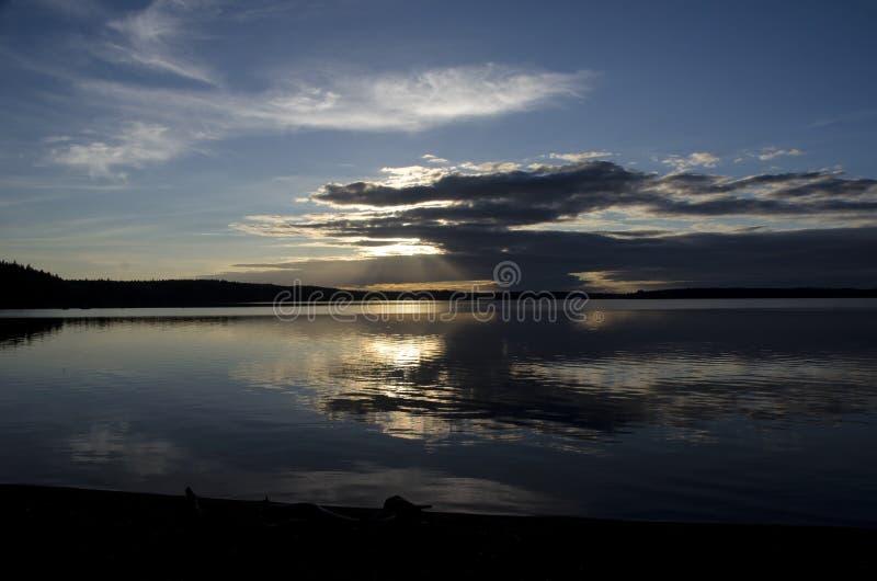 Lago en la puesta del sol en el verano fotografía de archivo