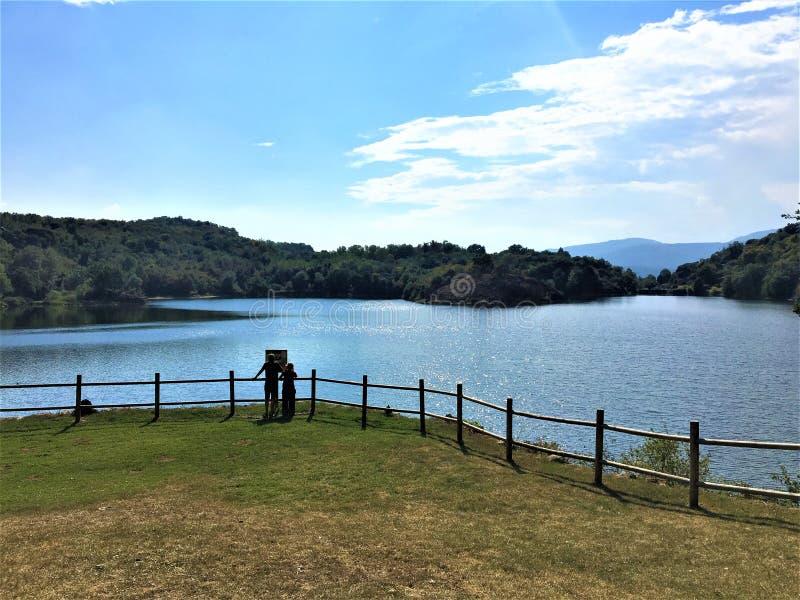 Lago en la región de Piamonte, Italia Pistono Viaje, ambiente y naturaleza foto de archivo libre de regalías