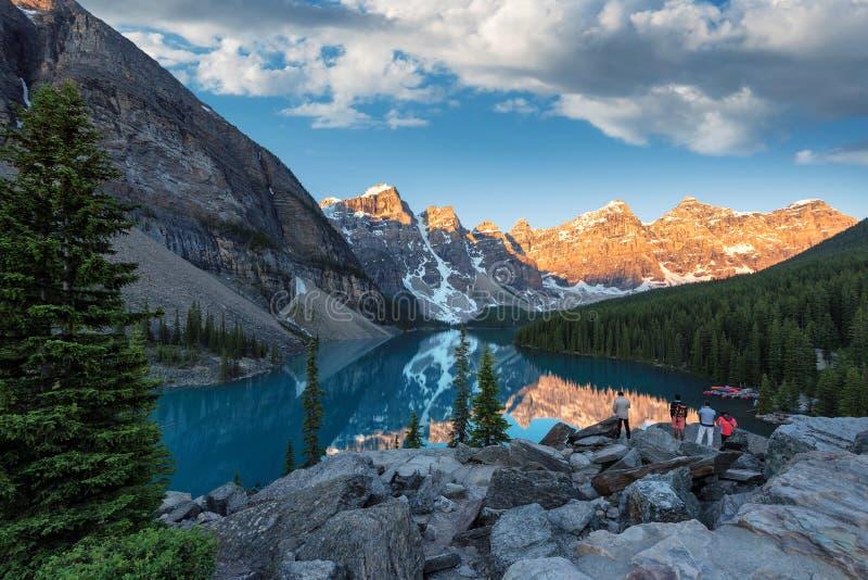 Lago en la salida del sol, Canadá moraine imagenes de archivo