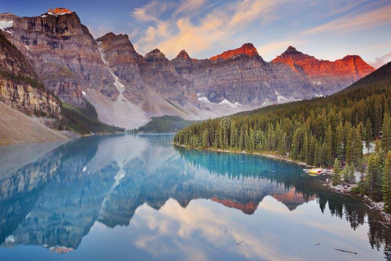 Lago en la salida del sol, parque nacional de Banff, Canadá moraine