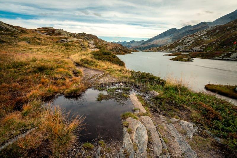 Lago en las montañas de las montañas imagenes de archivo