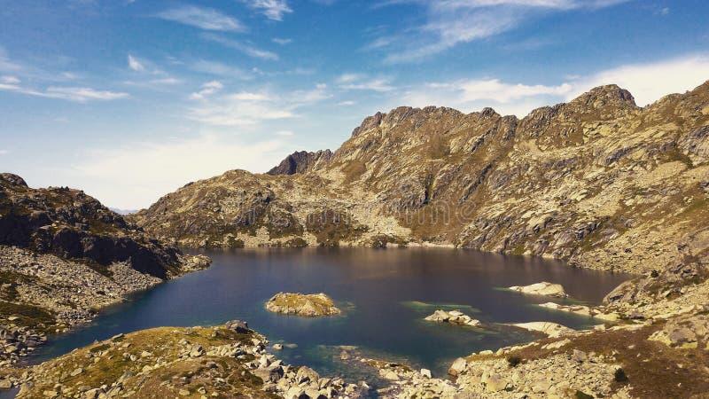 Lago en las monta?as foto de archivo libre de regalías