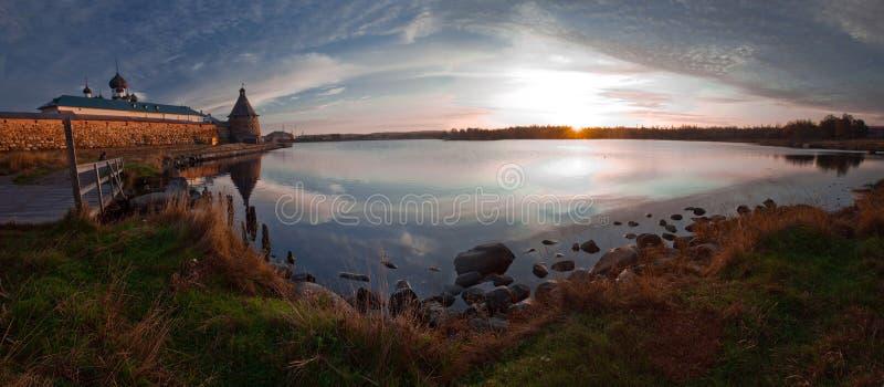 Lago en madrugada imagenes de archivo