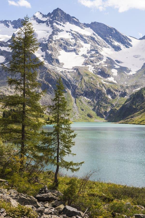 Lago en montañas imagen de archivo