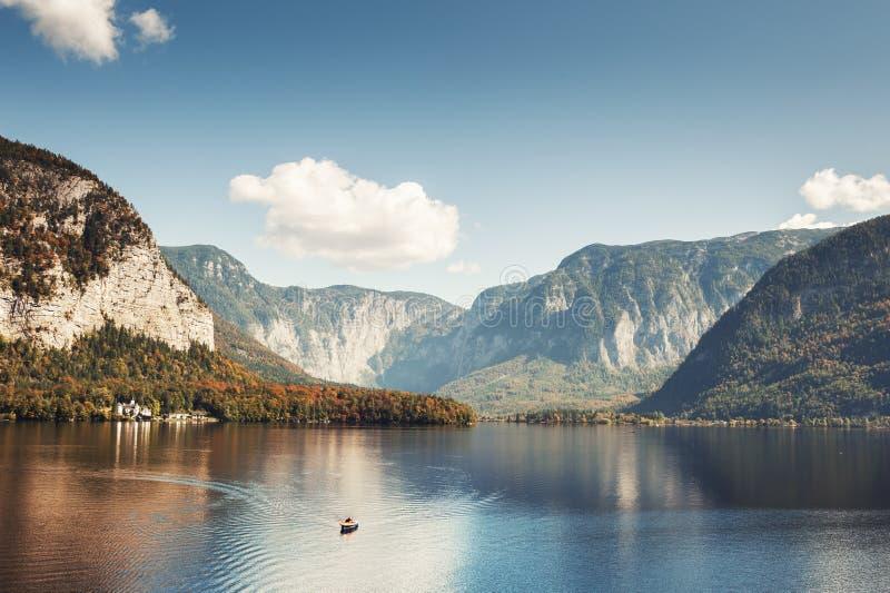 Lago en montañas de las montañas, Austria Hallstatter fotografía de archivo