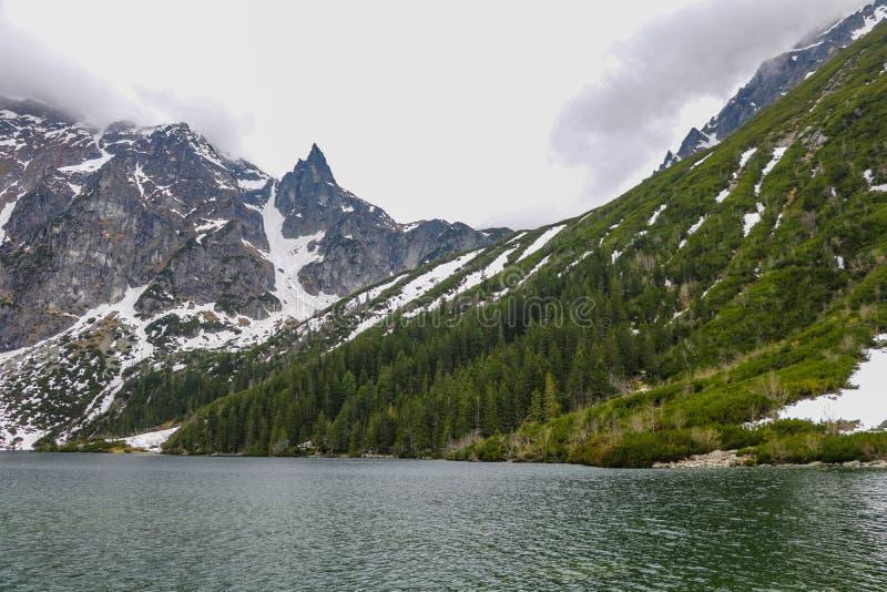 Lago en monta?as El lago eye del mar de Morskie Oko es el lugar más popular de las altas montañas de Tatra, Polonia imagenes de archivo