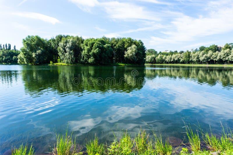Lago en parque hermoso en Izmailovo en Moscú, paisaje colorido de la naturaleza en ciudad imágenes de archivo libres de regalías