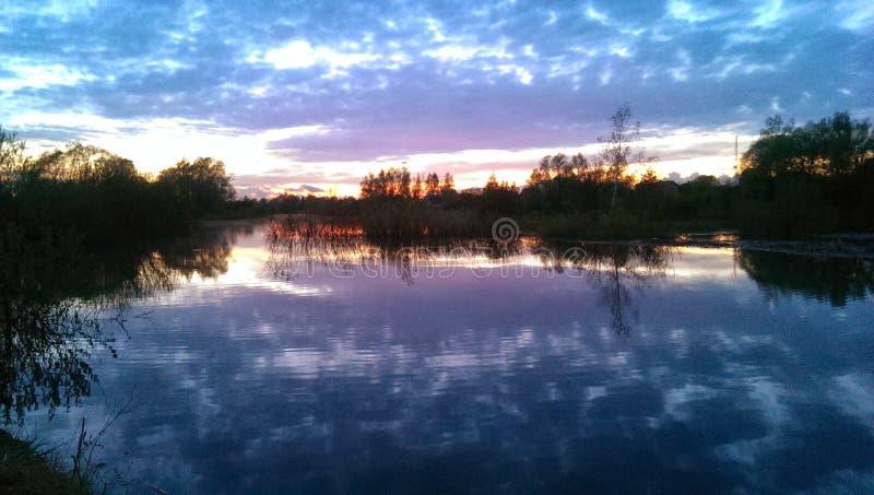 Lago en puesta del sol imagenes de archivo