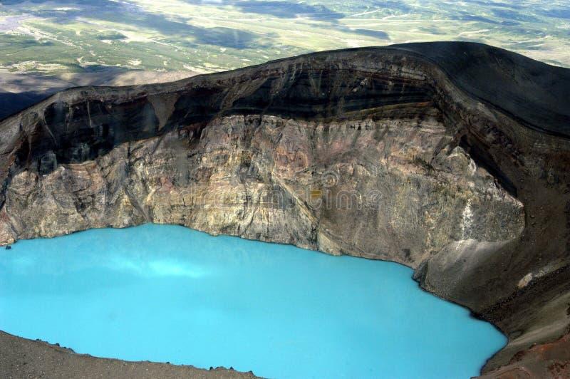 Lago en un cráter de un volcán de una ventana del foto de archivo libre de regalías