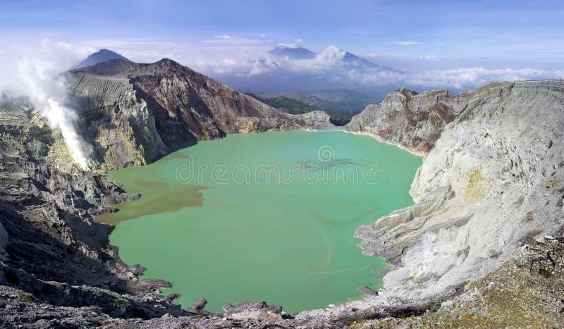 Lago en un cráter del volcán Ijen. Indonesia fotos de archivo