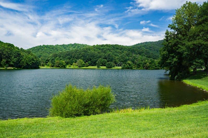 Lago en un día de verano hermoso - 2 Abbott fotos de archivo
