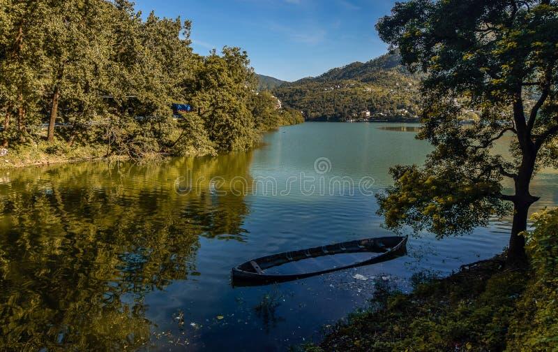 Lago en Uttrakhand imagenes de archivo