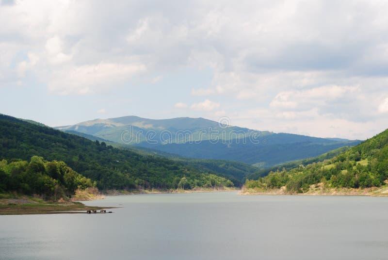 Lago entre los montains fotos de archivo
