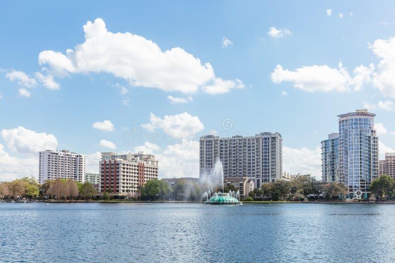 Lago Eola e construções em Orlando do centro, Florida fotografia de stock