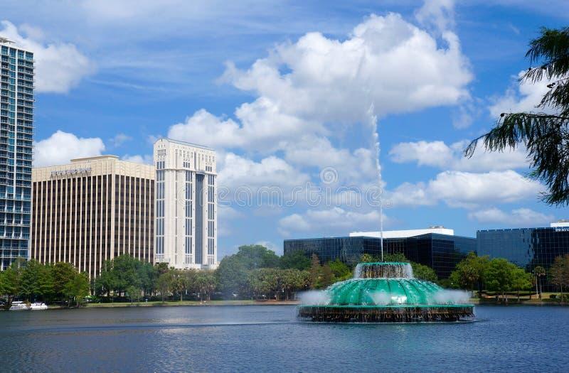 Lago Eola, edificios altos, horizonte, y fuente fotografía de archivo