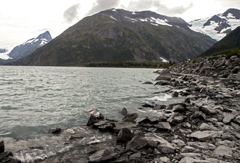 Lago escénico alaska con las montañas capsuladas nieve foto de archivo libre de regalías