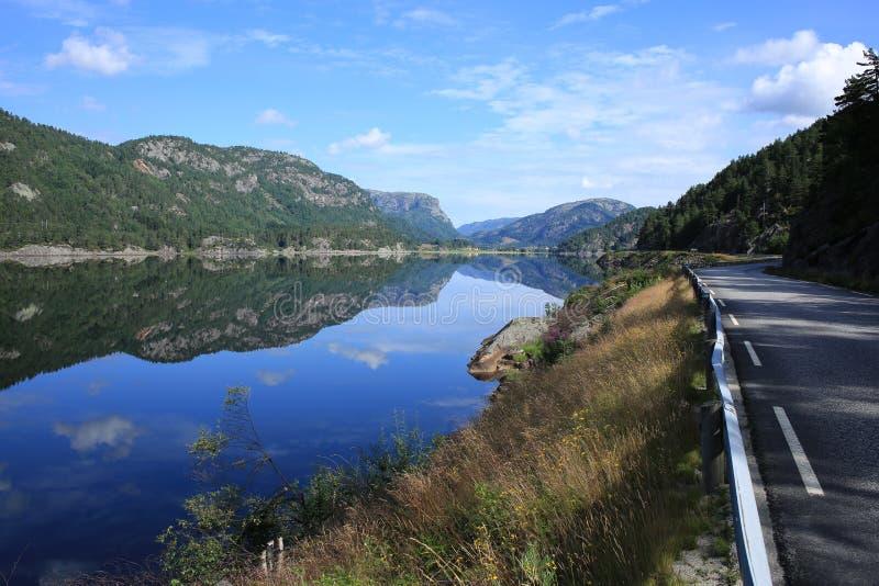 Lago escénico en Noruega imágenes de archivo libres de regalías