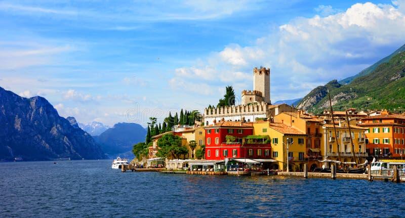 Lago escénico hermoso di Garda - vista del pueblo de Malcesine ital imagenes de archivo