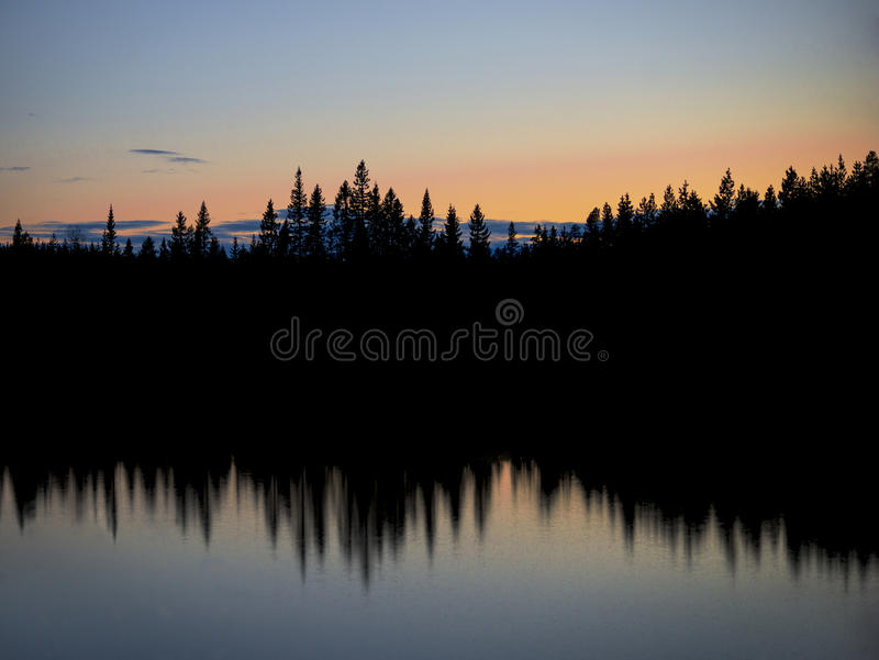 Lago escandinavo na noite fotos de stock royalty free