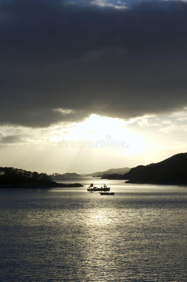 Lago escocés en la puesta del sol imagen de archivo libre de regalías