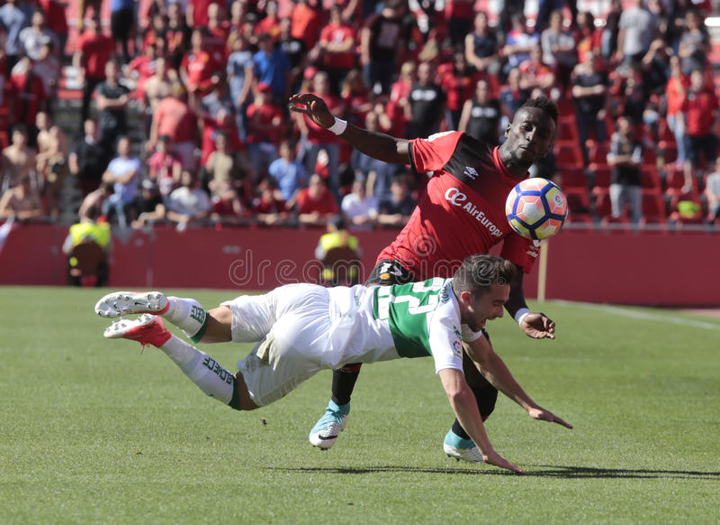 Lago för verklig Mallorcas spelare yngre tryck över den Santanders mittfältaren royaltyfri fotografi